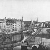 Det var i ejendommen Ved Stranden 16, som er huset med den høje tagryg til venstre i billedet, at der foregik besynderlige ting i efteråret 1785. I forgrunden Højbro set fra Gammel Strand og til højre Slotspladsen med Børsen i baggrunden. Foto fra 1860erne. Før og nu, 4. årg.