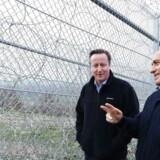 Den britiske premierminister David Cameron´taler med Bulgariens ditto, Boyko Borisov, der viser rundt ved hegnet på grænsen mellem Bulgarien og Tyrkiet.