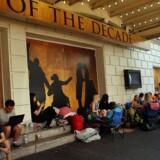 Publikum ligger i kø foran Richard Rodgers Theatre på Broadway, New York, for at få billetter til musicalen »Hamilton«.