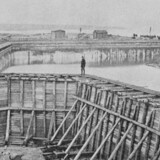 Udgravning og støbning af kajanlæg i Priors Havn i Hellerup. Først efter etableringen af Tuborgs Fabrikker i 1873, fik havnen sit mere kendte navn. Foto fra november 1871. Meddelelser fra Historisk Topografisk Selskab for Gentofte Kommune, 1943.