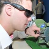 Sikkerheden er i centrum i Alexander Schmidts sikkerhedsbrillesystem, hvor f.eks. en slibemaskine automatisk lukker ned, hvis brillen ikke er i brug, når maskinen snurrer.