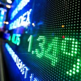 Med Vestas spidsen følger det danske aktiemarked mandag i hælene på stigninger i Asien og USA. Stemningen er høj, efter at republikanerne ser ud at være nået til enighed om en skattereform, som vil kunne blive vedtaget i løbet af ugen, og som umiddelbart tegner lovende set med Vestas-briller.