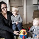Stadig flere kvinder melder sig som Ann Rosenkilde Mølgaard, hér med sine to sønner, Wigge på fire år og Wegas på 1 år, som ægdonorer, og det bør også åbne mulighed at lovliggøre dobbeltdonation, mener politikere og organisationer.