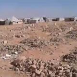 Det er videoer og satellitbilleder, der ifølge menneskerettighedsgruppen dokumenterer de mange strandede flygtninge mellem Syrien og Jordan. Her en billede fra video filmet 6. september. Free/The Tribal Council Of Palmyra And Badia/amnesty Internation