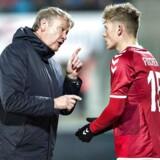 Danmarks landstræner Åge Hareide gør klar til at skifte Viktor Fischer ind i venskabskampen Danmark - Chile på Aalborg Stadion, tirsdag den 27. marts 2018