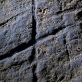 """Er disse """"helleristninger"""" udført af neandertalere for mindst 39.000 år siden og muligvis det første kunstværk udført i Europa? Det mener et hold forskere, der har fundet de abstrakte symboler på en klippehylde dybt inde i hule i Gibraltar."""