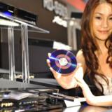 Toshiba har god succes med sine bærbare computere, DVD-maskiner m.m., men det kniber med indtjeningen på andre fronter. Her viser en model den japanske elektronikgigants nye DVD-optager, Vardia RD-X8. Den bruger XDE-teknologien til at forbedre videokvaliteten og kan omsætte en standard-DVD til noget nær højdefinitionskvalitet. Maskinen kommer på markedet til november. Foto: Yoshikazu Tsuno, AFP/Scanpix