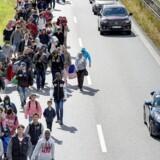 Flygtninge gående ad Sydmotorvejen ved Rødby mandag.