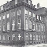 Udenrigsminister Bernstorffs palæ på hjørnet af Bredgade til højre og Frederiksgade til venstre. Foto fra ca. 1920. Bredo L. Grandjean: En bygnings historie