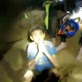 Efter ti dages eftersøgning fandt britiske dykkere de indespærrede omkring fire kilometer inde i Tham Luang-grotten.
