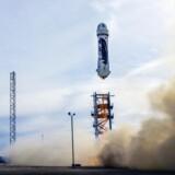Her er verdens første »genbrugsraket«, nemlig Amazon-stifter Jeff Bezos' New Shepard ved affyringen i Texas i mandags. Raketten landede senere igen på Jorden som en del af rumkapløbet mellem IT-milliardærerne. Arkivfoto: Blue Origin/AFP/Scanpix