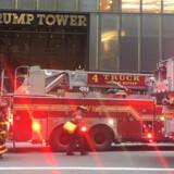 En brand brød lørdag aften ud på 50.-etage i skyskraberen Trump Tower på Fifth Avenue i New York. Én person meldes død. Scanpix/Laura Bonilla Cal