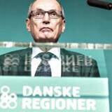 (ARKIV) Formanden for Danske Regioner, Bent Hansen, på talerstolen under generalforsamlingen i Aarhus, torsdag den 6. april 2017.