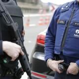 Belgiske politifolk står vagt ved grænsen mellem Frankrig og Belgien.