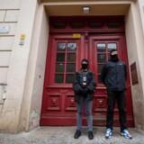 Politi foran moskeen »Fussilet 33« i Berlin.