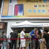 Folk står i kø uden for en af butikkerne i Taiwans hovedstad, Taipei, hvor den nye iPhone X - Apples hidtil dyreste smartphone - kom til salg fredag morgen. Foto: Ritchie B. Tongo, EPA/Scanpix