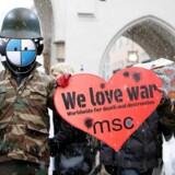 Uden for luksushotellet Bayerischer Hof demonstrerer aktivister mod krig og oprustning. Inden for er verdens ledende forsvarspolitikere og generaler forsamlet for at tage temperaturen på en verden på 'afgrundens rand'.