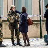 En kvinde taler med en gruppe soldater, som holder vagt ved Maalbeeks metro-station efter tirsdagens tilsyneladende koordinerede terrorangreb i Bruxelles.