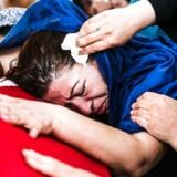 Kvinde i sorg ved kisten med en af de dræbte under kupforsøget i Tyrkiet.