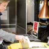 Den hollandske indenrigsminister Kajsa Ollongren stemmer ved dagens vejledende folkeafstemning om at give efterretningstjenesterne flere muligheder for at aflytte internettrafikken i landet. Foto: Sander Koning, EPA/Scanpix