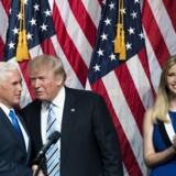 Donald Trump havde svært ved at vise sin begejstring for Mike Pence, da han præsenterede sin vicepræsidentkandidat fredag. Scanpix/Drew Angerer
