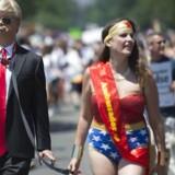 Wonder Woman er det største feministiske ikon blandt superhelte. Her har en kvinde iklædt sig hendes kostume og slæber rundt på en mand klædt ud som Donald Trump til en ligestillings-march i Washington DC sidste måned. Men i de gamle Wonder Woman-tegneserier var det heltinden selv, der blev bundet og spanket.