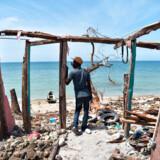 Amerikanerne slap nådigt, men på Haiti er oprydningen igang efter orkanen Matthews store ødelæggelser. FN´s generalsekretær, Ban Ki-Moon, sagde mandag, at Haiti står foran en humanitær katastrofe og har behov for markant hjælp fra det internationale samfund, der skal sikre nødhjælp til 1.4 millioner mennesker i nød efter naturkatastrofen. En mand står ved et ødelagt hus i Les Cayes, Haiti, 10. oktober 2016