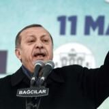 Tyrkiets præsident Recep Tayyip Erdogan taler ved en demonstration i Istanbul 11. marts 2017, hvor han truer med gengældelse, efter den hollandske regering har forbudt den tyrkiske udenrigsminister at lande i Holland.
