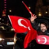 Erdogan-tilhængere på gaden i København for fejre resultatet af folkeafstemningen i Tyrkiet tildigere på måneden.