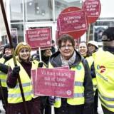 Demonstranter med røde flag og skilte om overenskomstforhandlingerne modtager de delegerede ved Kommunernes Landsforenings Topmøde 2018, der startede 8. marts i Aalborg Kongres og Kulturcenter. Topmødet slutter fredag.