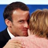 Der var omfavnelser og lovord mellem Angela Merkel og Emmanuel Macron, da den franske præsident torsdag modtog Karlsprisen i Aachen. Men der var også plads til fransk kritik af tysk finansdisciplin, der ifølge Macron går ud over Europa. EPA/SASCHA STEINBACH