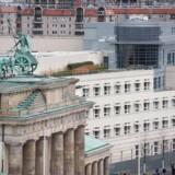 Anklagemyndigheden i Tyskland har lukket en undersøgelse af, hvorvidt den amerikanske og britiske efterretningstjeneste systemativt og massivt har aflyttet tyskere, på grund af mangel på beviser. Den amerikanske ambassade ses her lige ved siden af Brandenburger Tor midt i Berlin. Arkivfoto: John MacDougall, AFP/Scanpix