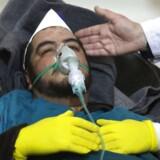 En syrisk mand modtager behandling efter et formodet gasangreb i Khan Skeihum i Idlib-provinsen. / AFP PHOTO / Mohamed al-Bakour