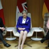 Theresa May er blandt venner i EU. I hvert fald når det gælder forholdet til Rusland. Til venstre for hende er det den franske præsident Emmanuel Macron, til højre tyskernes kansler Angela Merkel.