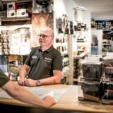 Hos Foto C kan adm. direktør Henning Buch mærke konsekvenserne af de udenlandske netbutikkers lave priser. Kunderne kommer ind i butikken og vil have fotohandlen til at matche de momsfri priser, siger han.