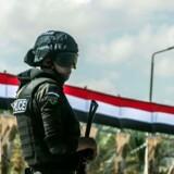En egyptisk politibetjent står vagt ved byen Alexandria. Fredag aften døde mindst 55 politimænd i et bagholdsangreb syd for hovedstaden Cairo. 21. oktober 2017 / AFP PHOTO / KHALED DESOUKI