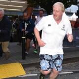 Udenrigsminister Boris Johnson tog sig en løbetur lige præcis dér, hvor fotograferne stod, og dermed fik han, hvad han elsker - opmærksomhed.