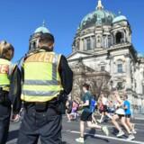 Tysk politi har forhindret et planlagt terrorangreb under søndagens marathon i Berlin. Godt 32.000 personer deltager i årets løb, herunder flere tusinde danskere.
