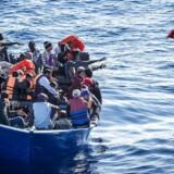 Socialdemokratiet vil oprette såkaldte modtagecentre uden for Europa. »Skal vi stoppe den farlige rejse over Middelhavet, bliver vi nødt til så at sige at flytte Europas grænse fra at være nord for Middelhavet til at være syd for Middelhavet,« siger S-formand Mette Frederiksen.