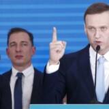 Den russiske oppositionsleder Aleksej Navalnyj oplyser, at han er anholdt af politi på vej til tandlæge.