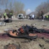 General John Nicholson, der leder de amerikanske styrker i Afghanistan, siger, at russerne er involveret i aktiviteter, som omfatter våbenleveringer til Taliban. FN siger, at op mod 2300 civile blev dræbt eller såret af selvmordsbomber eller andre angreb i Afghanistan i 2017. Det er flere end nogensinde før i den afghanske konflikt. Scanpix/Shah Marai