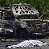 Det er farligt at være politimand i Colombia. Senest meldes otte betjente dræbt af en vejsidebombe. Billedet er fra marts, da en politibil blev ramt af en bombe i Caldono-området. To politifolk blev dræbt. Scanpix/Luis Robayo