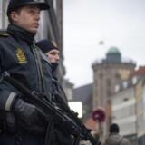 Fredag sætter militæret ind, for at hjælpe politiet med bevogtningsopgaver. Her ses kampklædte betjente med automatvåben, der står vagt ved den jødiske synagoge ved krystalgade i København. I baggrunden skimtes Rundetårn.