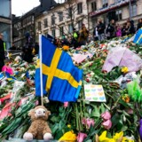 (ARKIV) People gather at a makeshift memorial to commemorate the victims of last Friday's terror attack near the site where a truck drove into Ahlens department store in Stockholm, on April 14, 2017. Four people died and fifteen were injured when a truck plunged into a crowd at a busy pedestrian street in the Swedish capital on April 7, 2017. Lørdag mindes Sverige de døde og sårede ved terrorhandlingen i Stockholm for et år siden. Gerningsmanden, en 39-årig usbeker, forandrede det svenske samfund. Det skriver Ritzau, torsdag den 5. april 2018.. (Foto: JONATHAN NACKSTRAND/Ritzau Scanpix)