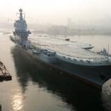 Det nye kinesiske lagde fra ud fra havnen i Dalian, mens morgendisen stadig lå i luften.