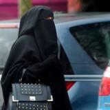 ARKIVFOTO 2007 af kvinde i burka- - Se RB 7/7 2014 23.00. Når Frankrig kan få medhold i, at det ikke strider mod menneskerettighederne at forbyde burka og niqab, bør Danmark følge trop og gøre de omstridte klædedragter ulovlige. Det mener Dansk Folkeparti, der efter sommerferien vil fremsætte et lovforslag, der gør det ulovligt at maskere ansigtet og tildække hele kroppen. (Foto: PHILIPPE HUGUEN/Scanpix 2009)