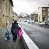 »Det har også senere i livet en betydning, hvis man vokser op i et miljø, hvor mor og far alt for sjældent går på arbejde,« siger økonomi- og indenrigsminister Simon Emil Ammitzbøll-Bille (LA).