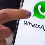 WhatsApp er en krypteret beskedtjeneste, der virker på alle typer af smartphonetelefoner. Den bruger internetforbindelsen, så man kan sende tekstbeskeder, dokumenter, billeder, filmklip, lydbeskeder og sin lokation til andre ved at bruge de almindelige mobilnumre. Arkivfoto: Marcelo Sayao, EPA/Scanpix