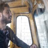 """Siden 2013 har syriske Ahmed arbejdet på en genbrugsstation lidt uden for Beirut. """"Jeg plejede ikke at være bange for, at krigen skulle komme hertil. Men det har jeg været i 45 dage nu,« siger han."""
