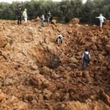 Palæstinensere på stedet for et angreb af israelske luftstyrker i weekenden. To palæstinensiske teenagere mistede livet under de israelske luftangreb, som markerer en eskalation af konflikterne mellem Israel og Hamas.